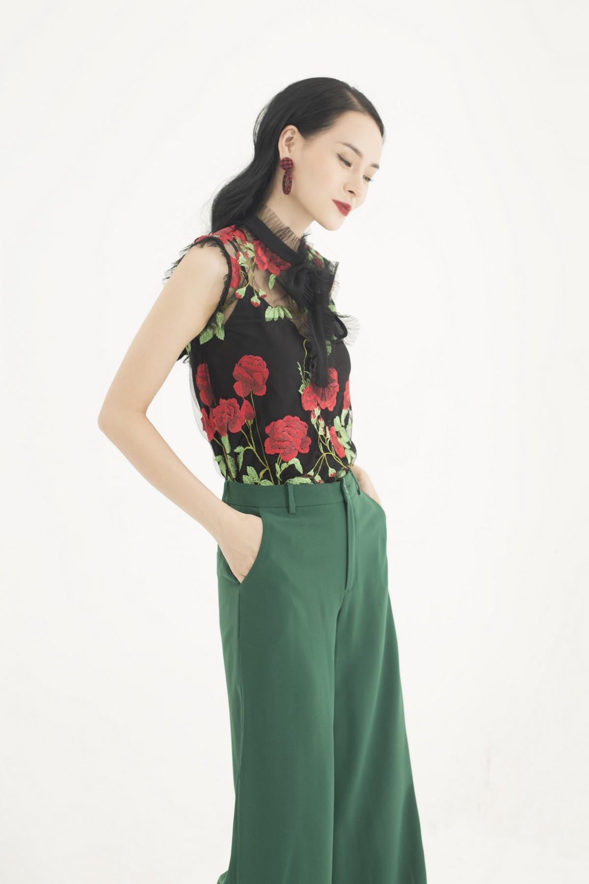 Áo kiểu nữ ren HeraDG SAK18075 màu đen hoa đỏ