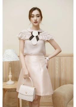 Set nữ màu nude: Áo sơ mi trắng cộc tay phối bèo + Chân váy ngắn size L